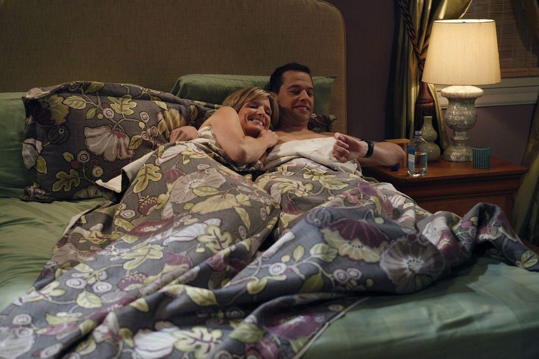 Lyndsey (Courtney Thorne-Smith, l.) sagt Alan (Jon Cryer, r.) dass sie ihn liebt und fragt ob er sie auch liebe. Nach einigem zögern gesteht auch Al... - Bildquelle: Warner Brothers Entertainment Inc.