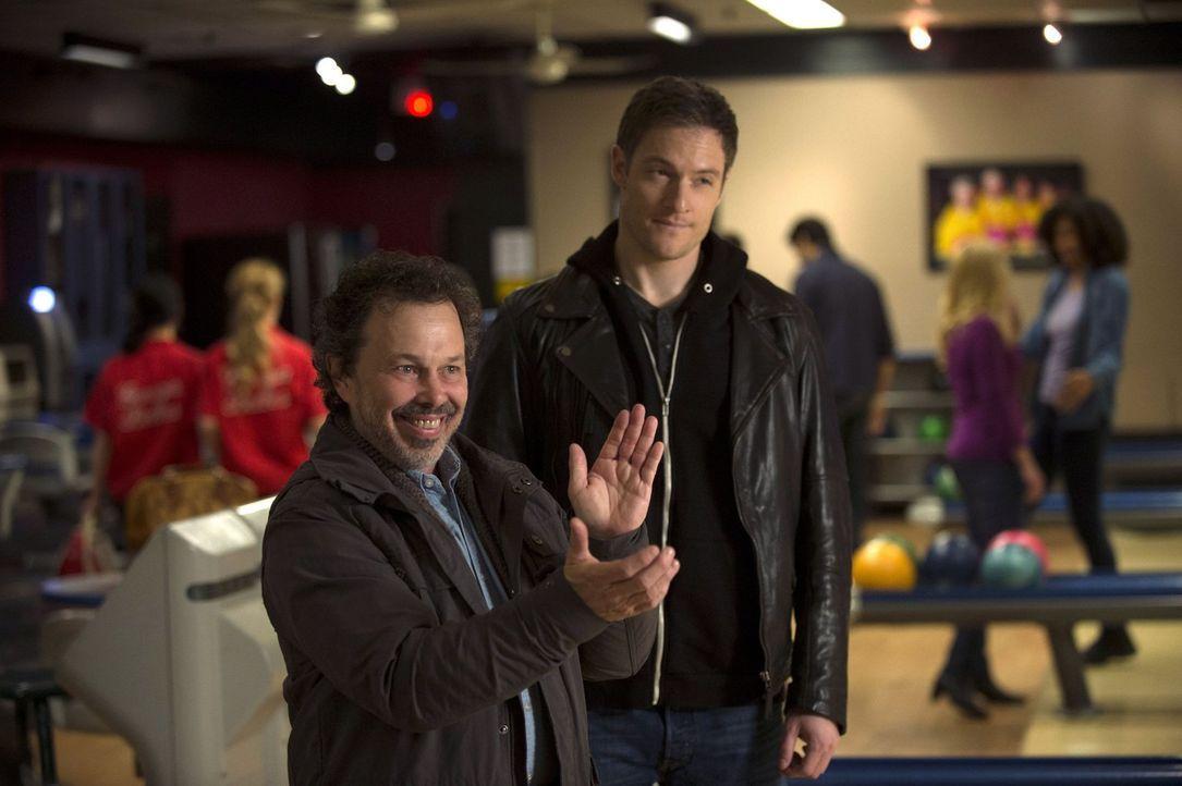 Metatron (Curtis Armstrong, l.) und Gadreel (Tahmoh Penikett, r.) versuchen, neue Engel zu rekrutieren, doch diese scheinen von ihrem Angebot nicht... - Bildquelle: 2013 Warner Brothers
