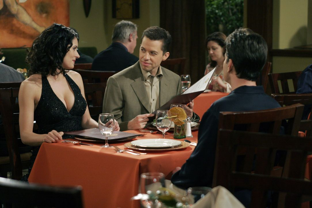 Da Charlie (Charlie Sheen, r.) und Alan (Jon Cryer, M.) in der Schule so grausam zu Jamie (Paget Brewster, l.) waren, plant sie einen Rachefeldzug ... - Bildquelle: Warner Bros. Television