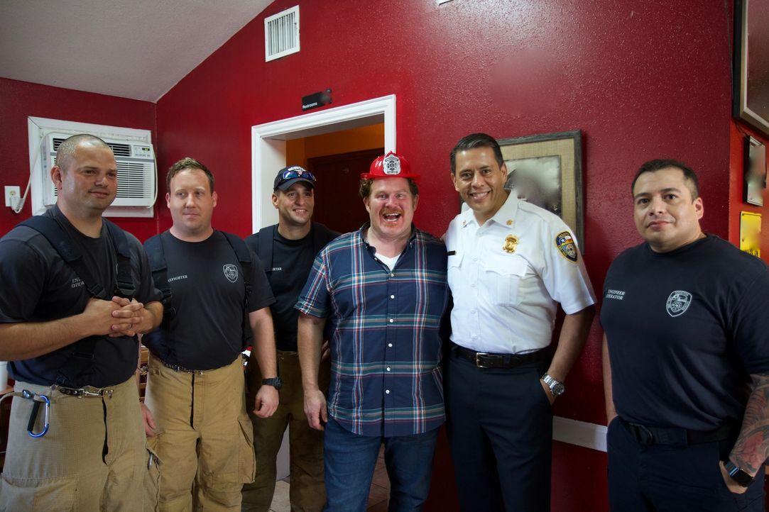 """Am Ende erwartet Casey (3.v.r.) bei der der """"Charlie's 5 Alarm Fire Burger Challenge"""" ein so feuriger Burger, dass Houstons Feuerwehr ihm beistehen... - Bildquelle: 2017,The Travel Channel, L.L.C. All Rights Reserved."""
