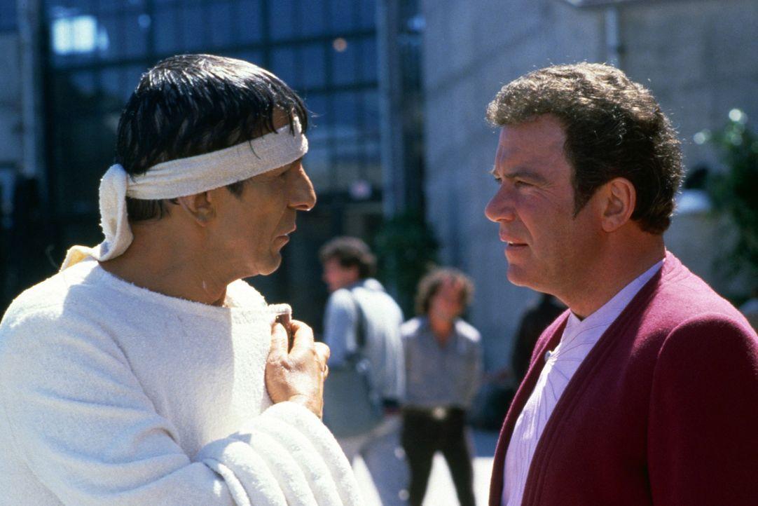 In San Francisco der Gegenwart: Mr. Spock (Leonard Nimoy, M.) und Kirk (William Shatner, r.) ... - Bildquelle: Paramount Pictures