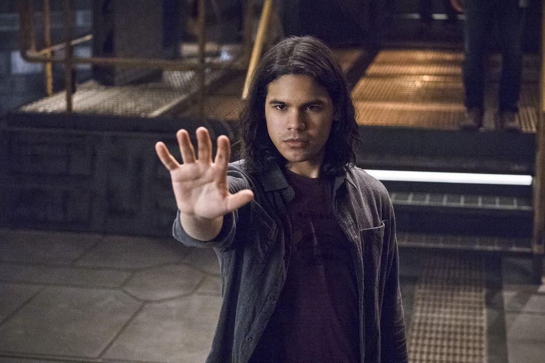 Verzweifelt versucht Cisco (Carlos Valdes), seine Fähigkeiten zu mobilisieren. Doch ist er wirklich so mächtig, wie sein Doppelgänger auf Erde 2? - Bildquelle: Warner Bros. Entertainment, Inc.