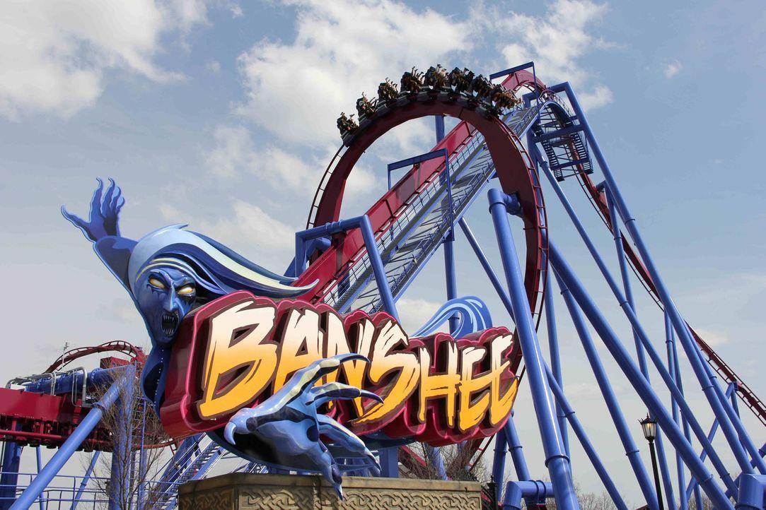 """Wer wollte sich nicht schon immer mal fühlen, als würde e fliegen?! Die sogenannte """"Inverted Coaster"""" """"Banshee"""" macht es möglich ... - Bildquelle: ProSieben MAXX"""