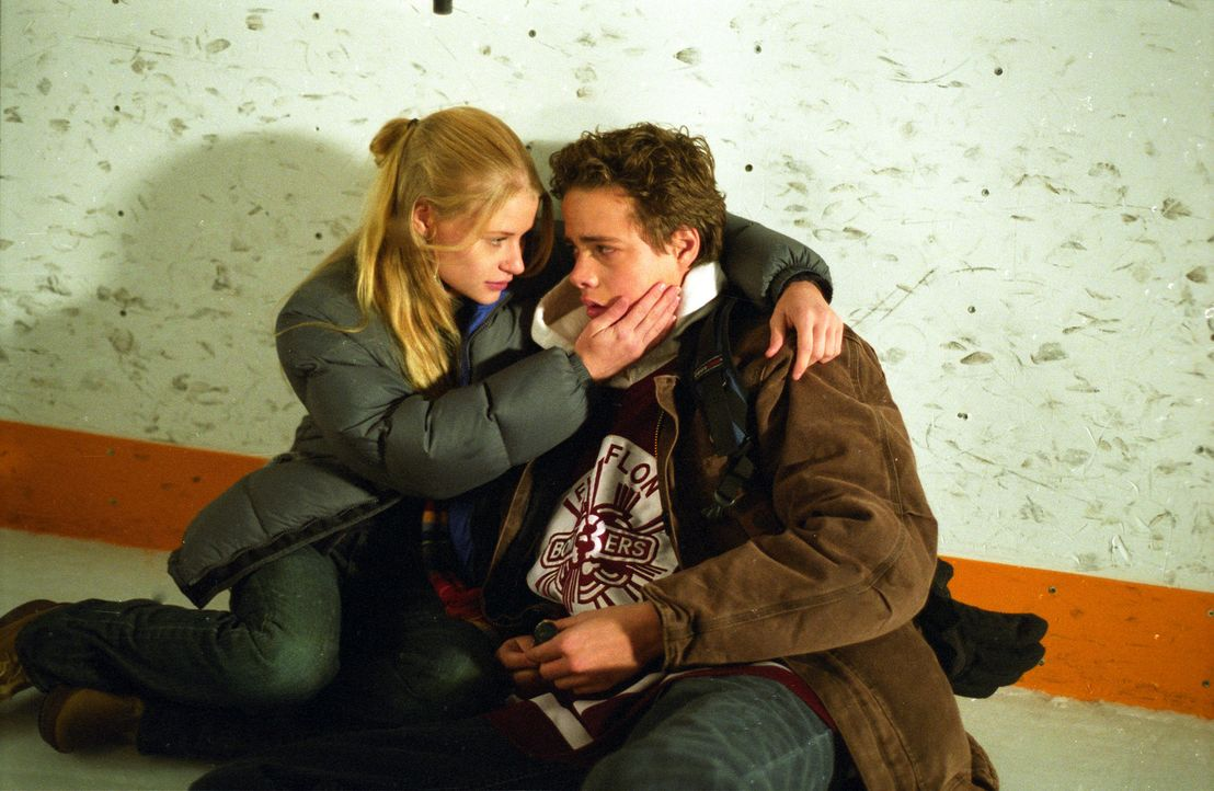 Im kleinen US-Städtchen Hell versuchen die beiden Teenies Mary (Emilie de Ravin, l.) und Nicholas (Douglas Smith, r.) gerade ihre Beziehung auf die... - Bildquelle: E.M.S. New Media AG