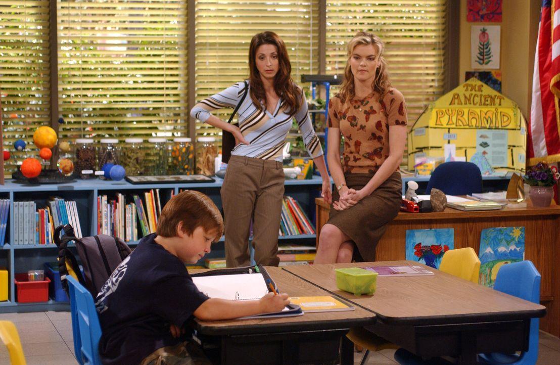 Nachdem sich Jake (Angus T. Jones, l.) gegenüber seiner Lehrerin Miss Pasternak (Missi Pyle, r.) flegelhaft benommen hat, droht ihm ein Schulverweis... - Bildquelle: Warner Bros. Television