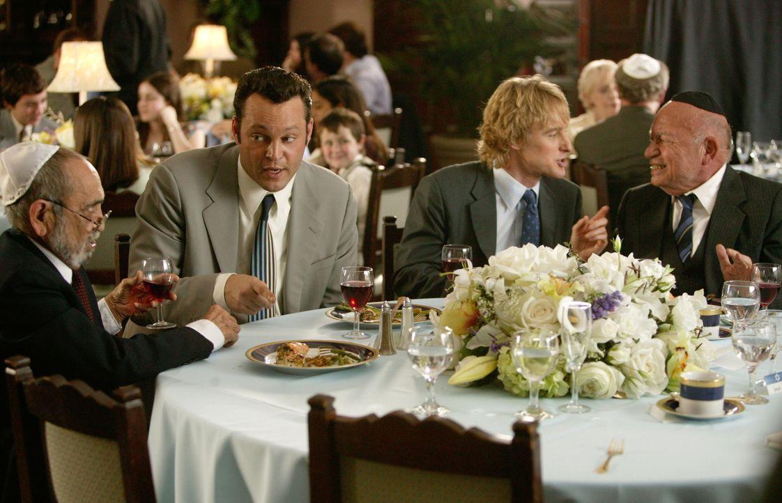 Den beiden Hochzeits-Crasher John Beckwith (Owen Wilson, 2.v.r.) und Jeremy Grey (Vince Vaughn, 2.v.l.) ist es völlig egal, ob es eine katholische,... - Bildquelle: Warner Bros. Television