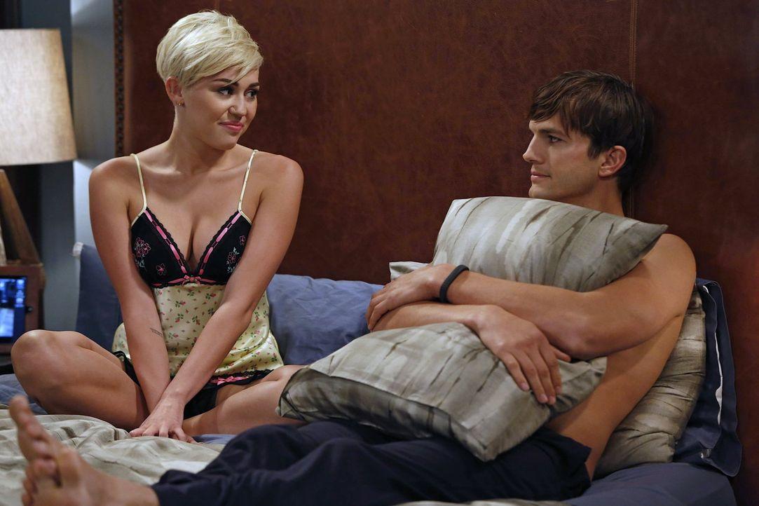 Walden (Ashton Kutcher, r.) hat sich einem alten Freund gegenüber bereiterklärt, dessen Tochter Missi (Miley Cyrus, l.) zu beherbergen, so lange sie... - Bildquelle: Warner Brothers Entertainment Inc.