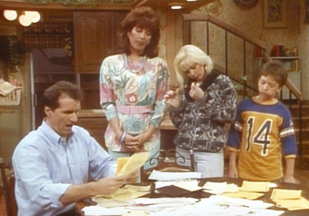 (v.l.n.r.) Al (Ed O'Neill) präsentiert Peggy (Katey Sagal), Kelly (Christina Applegate) und Bud (David Faustino) die Stapel unbezahlter Rechnungen. - Bildquelle: Sony Pictures Television International. All Rights Reserved.