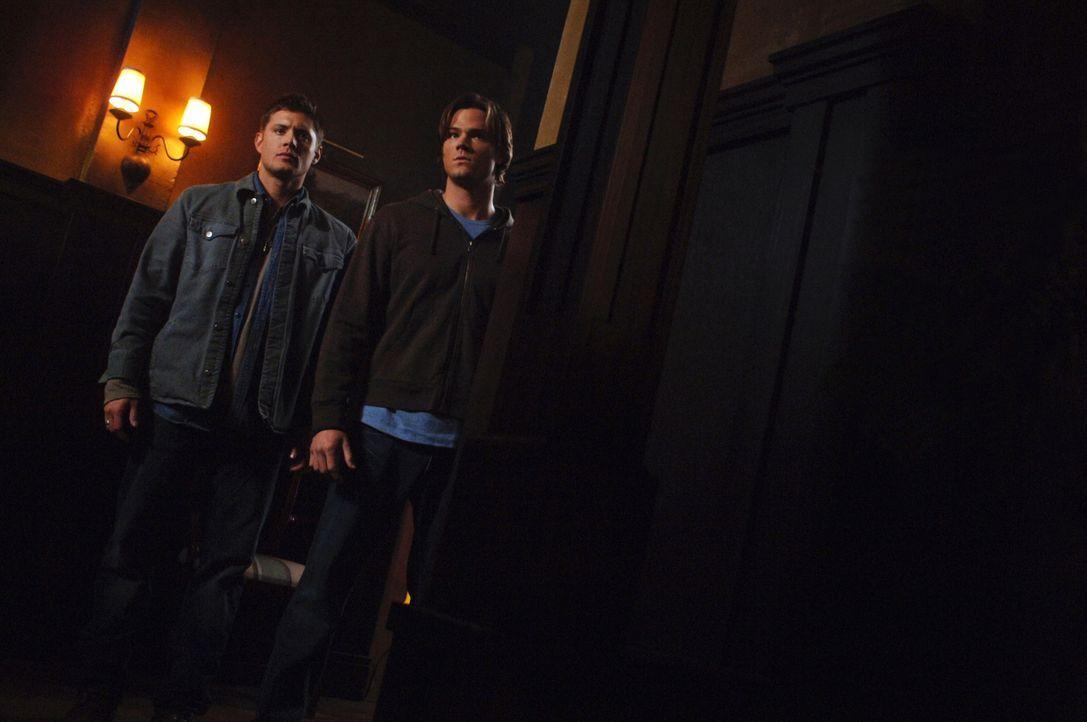 In einer Kleinstadt geschehen merkwürdige Dinge - Menschen hören auf zu sterben. Sam (Jared Padalecki, r.) und Dean (Jensen Ackles, l.) versuchen he... - Bildquelle: Warner Bros. Television