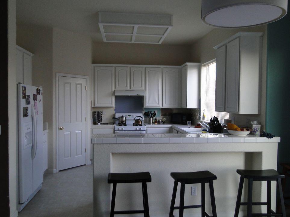 Aus dieser sehr langweiligen und eintönigen Küche soll eine Küche mit Bling entstehen. Dafür gibt Bauunternehmer Josh Temple alles ... - Bildquelle: 2009, DIY Network/Scripps Networks, LLC
