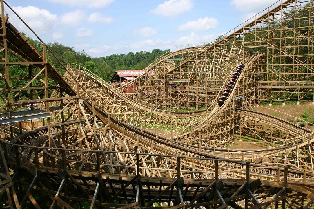 """Neben der Holz-Bob-Bahn """"Flying Turns"""" und der längsten Holzachterbahn """"The Beast"""" ist die """"Thunderhead"""" (Bild) mit 200 Kilometern Holzplanken eine... - Bildquelle: ProSieben MAXX"""
