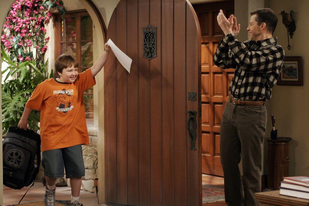Voller Freude präsentiert Jake (Angus T. Jones, l.) seine Eins in Geschichte. Alan (Jon Cryer, r.) ist stolz auf seinen Sohn ... - Bildquelle: Warner Brothers Entertainment Inc.