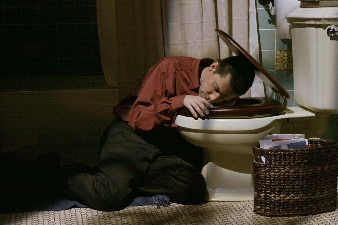 Nachdem sich Alan (Jon Cryer) von seiner Mutter gedemütigt fühlt, greift er zum Alkohol. Dabei erwischt er etwas zu viel ... - Bildquelle: Warner Brothers Entertainment Inc.