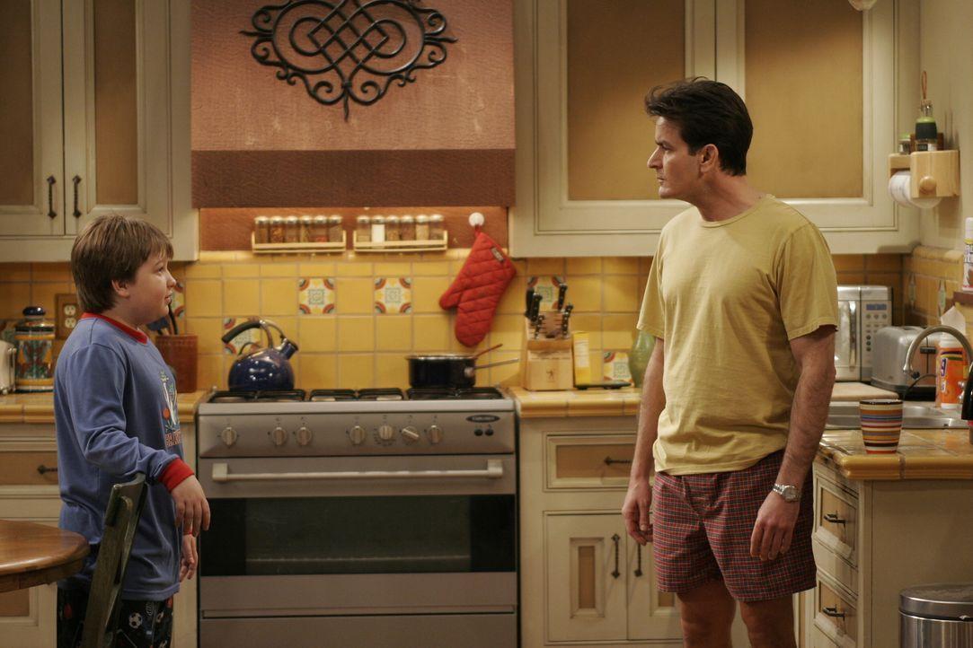Jake (Angus T. Jones, l.) will wissen was ein Quickie ist und hofft Charlie (Charlie Sheen, r.) kann ihm weiterhelfen ... - Bildquelle: Warner Brothers Entertainment Inc.