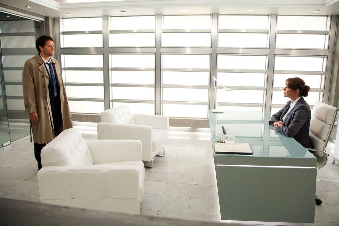 Als Cas (Misha Collins, l.) plötzlich vor Naomi (Amanda Tapping, r.) steht, übt diese eine Macht auf ihn aus, der sich nicht einmal Castiel entziehe... - Bildquelle: Warner Bros. Television