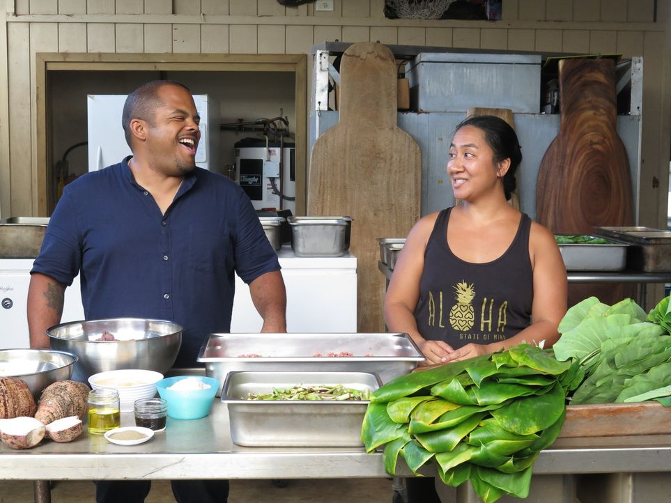 Roger Mooking (l.); Alohi Aea (r.) - Bildquelle: 2017, Television Food Network, G.P. All Rights Reserved.