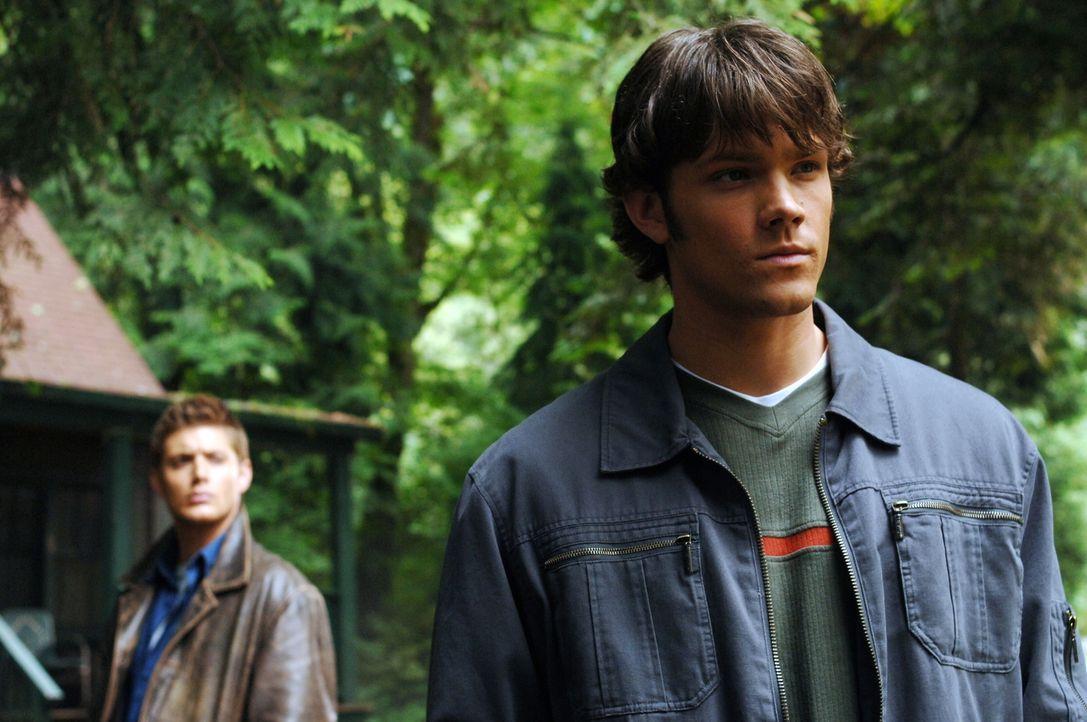 Auf der Suche nach neuen, mysteriösen Vorfällen stoßen Sam (Jared Padalecki, r.) und Dean (Jensen Ackles, l.) auf einen See indem mehrere Menschen s... - Bildquelle: Warner Bros. Television