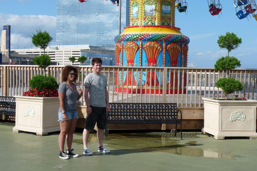 J.D Scott (r.) stattet dieses Mal dem Steel Pier Freizeitpark in Atlantic City in New Jersey einen Besuch ab und wird dabei von Achterbahn-Fan M.K.... - Bildquelle: 2014, GAC/Scripps Networks, LLC. All Rights Reserved.