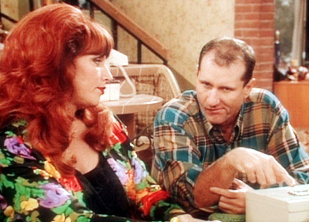 Al (Ed O'Neill, r.) erklärt Peggy (Katey Sagal, l.), dass sie nicht länger als Telefonsexdame arbeiten kann, weil sämtliche Kunden zufällig seine Fr... - Bildquelle: Sony Pictures Television International. All Rights Reserved.