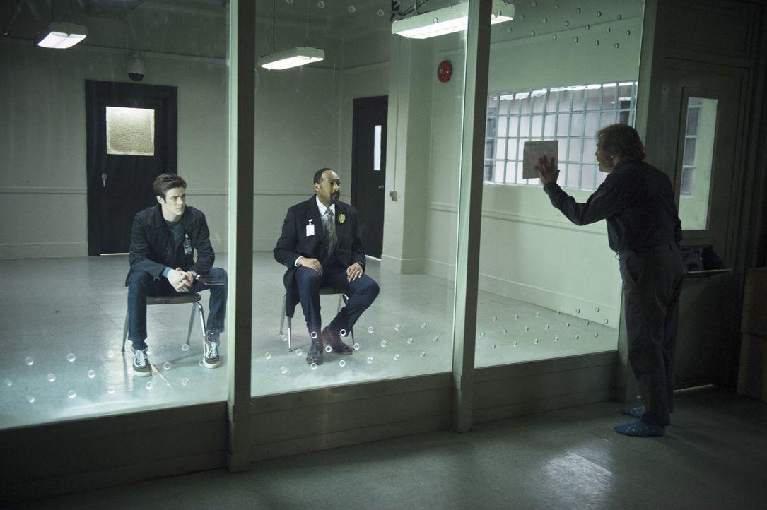 Ungewöhnliche Verhörsituation: Barry (Grant Gustin, l.) und Joe (Jesse L. Martin, M.) besuchen James Jesse, den alten Trickster (Mark Hamill, r.), i... - Bildquelle: Warner Brothers.