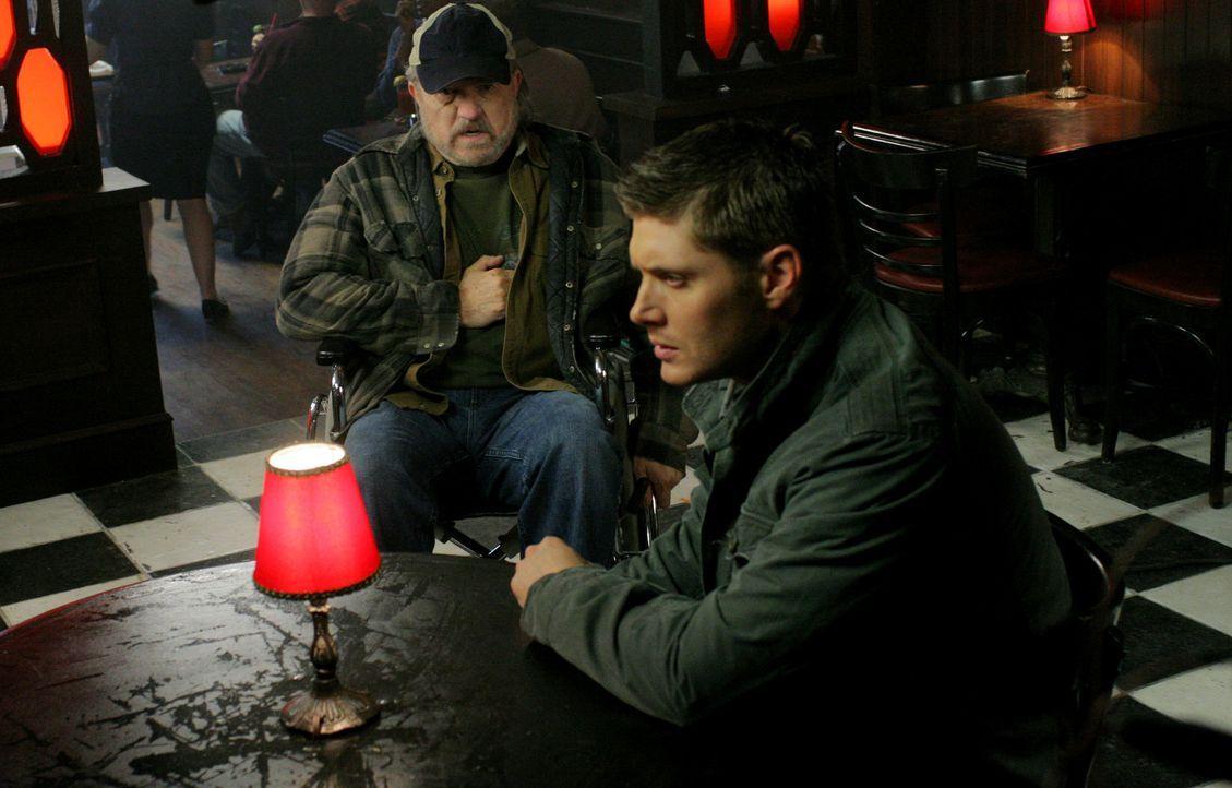 """Die Brüder Sam und Dean (Jensen Ackles, r.) treffen auf einen Hexer, der ein Pokerspiel veranstaltet, bei dem der Einsatz """"Geld gegen Lebensjahre"""" l... - Bildquelle: Warner Bros."""