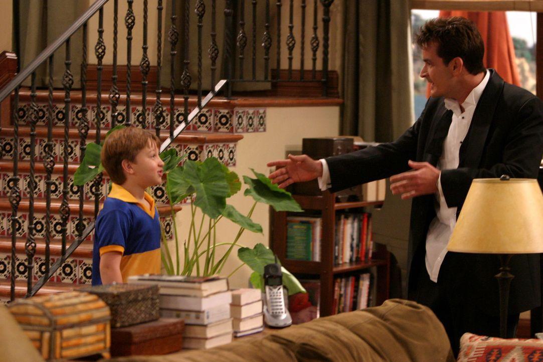 Charlie (Charlie Sheen, r.) begleitet seinen Bruder Alan und seinen Neffen Jake (Angus T. Jones, l.) zu einem Fußballturnier und lernt dort eine seh... - Bildquelle: Warner Brothers Entertainment Inc.