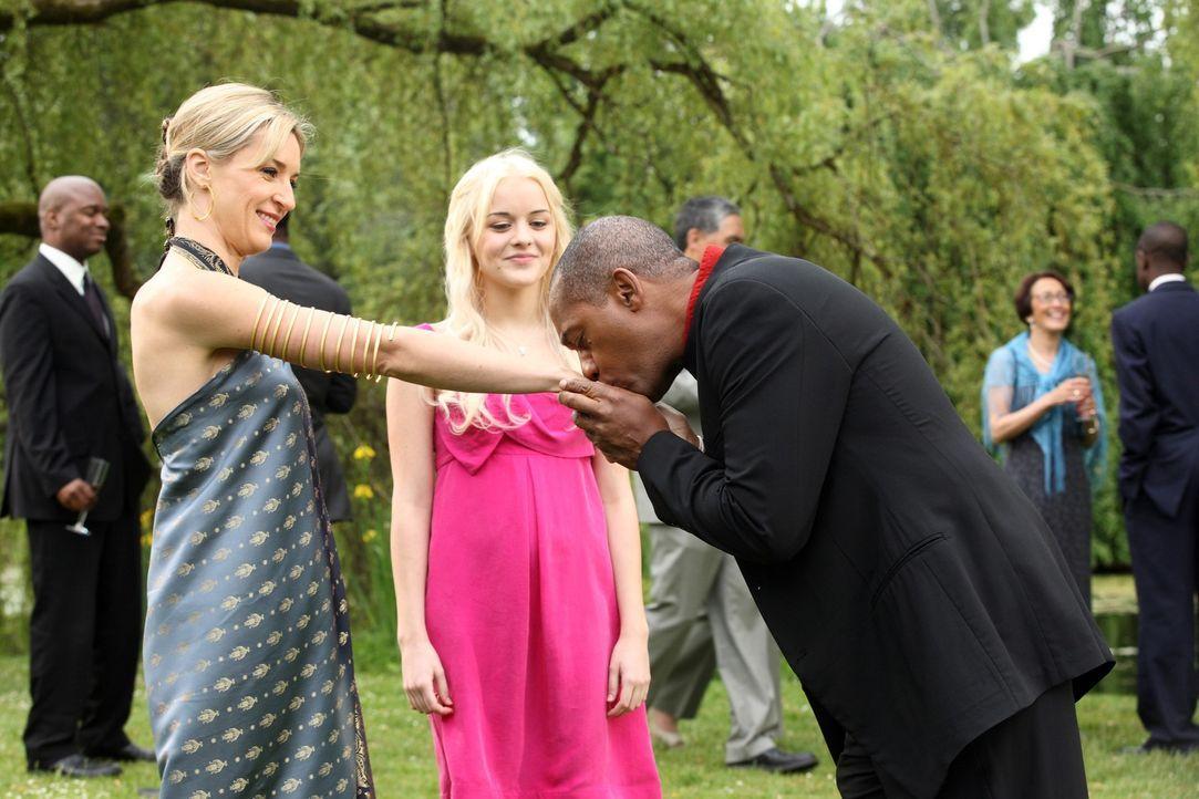 Nehmen an der Hochzeitsfeier von Allison und Nathan teil: Lexi (Ever Carradine, l.), Zoe (Jordan Hinson, M.) und Henry (Joe Morton, r.) ... - Bildquelle: Universal Television