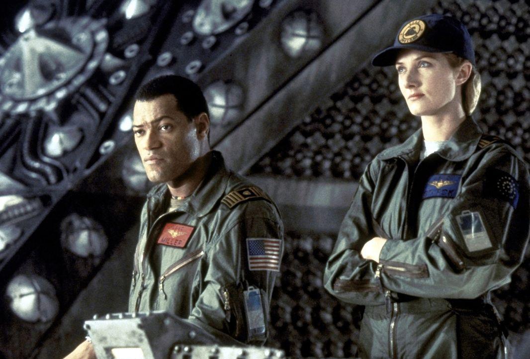 Captain Miller (Lawrence Fishburne, l.), Navigator Starck (Joely Richardson, r.) und ihre Mannschaft werden ausgeschickt, das Raumschiff Event Horiz... - Bildquelle: Paramount Pictures