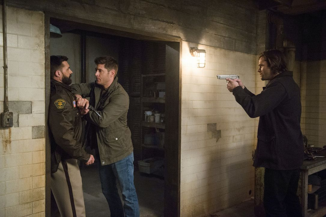 (v.l.n.r.) Sheriff Barrett Bishop Jr. (Steve Boyle); Dean (Jensen Ackles); Sam (Jared Padalecki) - Bildquelle: Diyah Pera 2016 The CW Network, LLC. All Rights Reserved/Diyah Pera