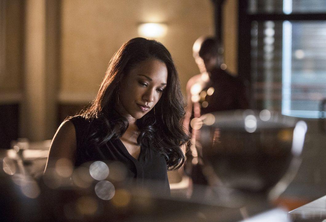Um Iris (Candice Patton, l.) davon zu überzeugen, den Block über den roten Blitz zu schließen, stattet ihr The Flash (Grant Gustin, r.) einen Besuch... - Bildquelle: Warner Brothers.