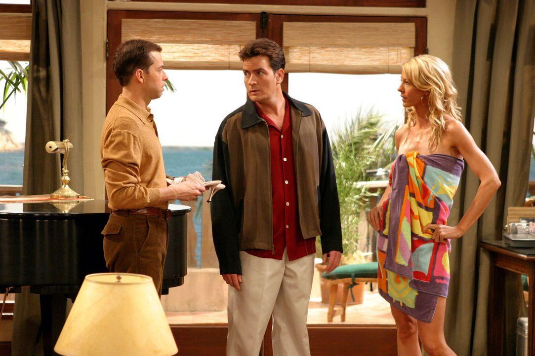 Ehe sich Alan (Jon Cryer, l.) und Charlie (Charlie Sheen, M.) versehen, ist Frankie (Jenna Elfman, r.) auch schon bei ihnen eingezogen ... - Bildquelle: Warner Brothers Entertainment Inc.