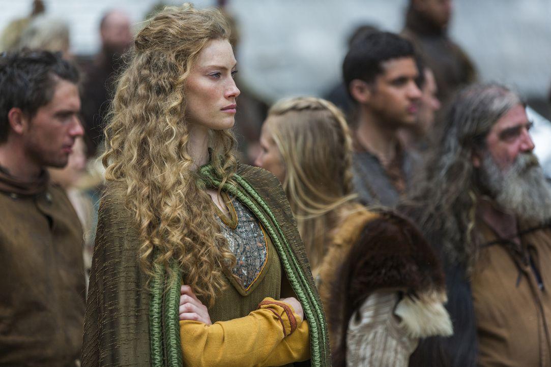 Während König Ragnar und seine Männer in See stechen, bleiben Aslaug (Alyssa Sutherland) und die anderen Frauen besorgt zurück ... - Bildquelle: 2015 TM PRODUCTIONS LIMITED / T5 VIKINGS III PRODUCTIONS INC. ALL RIGHTS RESERVED.