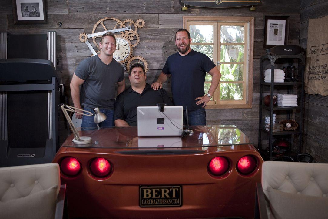 Jason Cameron (l.) und Tony Siragusa (M.) bauten die Garage von Bert Kreischer (r.) in eine luxuriöse Abenteurer-Hütte um. - Bildquelle: Nathan Frye 2011, DIY Network/Scripps Networks, LLC.  All Rights Reserved.