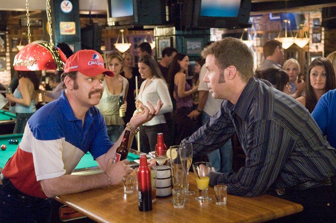 Die Freunde Cal (John C. Reilly, l.) und Ricky (Will Ferrell, r.) beginnen ihre Nascar-Karierre in der Boxencrew. Eines Tages erhält Ricky die einma... - Bildquelle: Copyright   2006 Sony Pictures Television International.