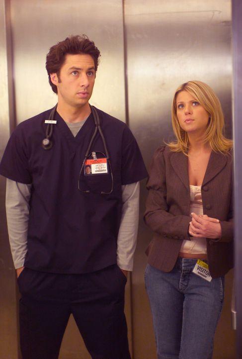 J.D. (Zach Braff, l.) ist immer noch schrecklich in Elliot verliebt, doch dann lernt Danni (Tara Reid, r.) kennen, die sich ihm ausgesprochen unverk... - Bildquelle: Touchstone Television