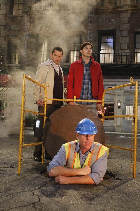 Was ist nur mit Alan (Jon Cryer, l.) und Walden (Ashton Kutcher, r.) los? - Bildquelle: Warner Bros. Television