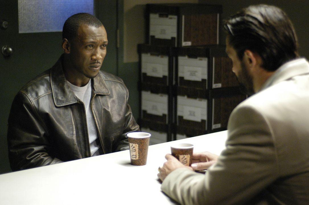 Nachdem Richard (Mahershalalhashbaz Ali, l.) festgenommen wurde, bekommt er unerwartet Hilfe von Jordan Collier (Bill Campbell, r.). Hat Richard ihm... - Bildquelle: Viacom Productions Inc.