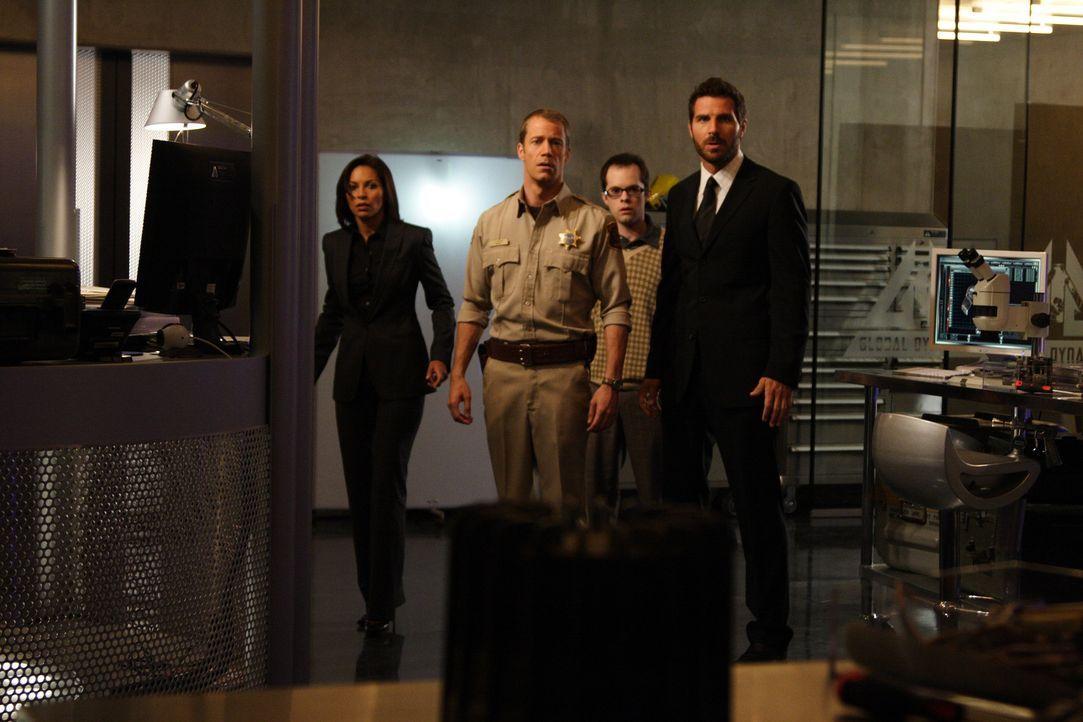 Als eine Inspektion bei Global Dynamics ins Haus steht, sind alle aufgeregt bis auf Dr. Stark (Ed Quinn, r.), der ist zuversichtlich, denn er möchte... - Bildquelle: Universal Television