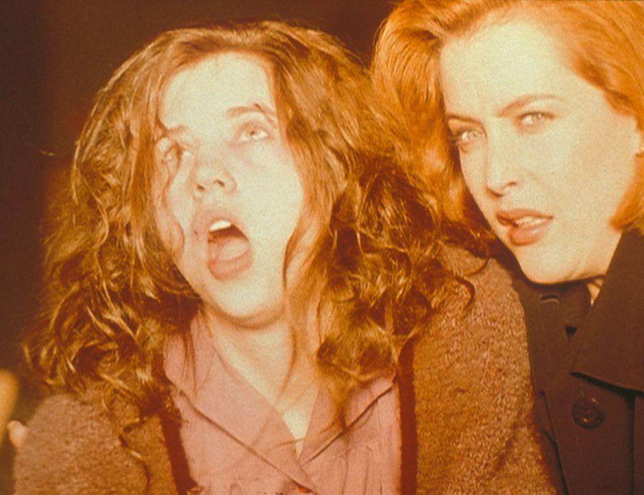 Scully (Gillian Anderson, r.) und die behinderte Roberta (Emily Perkins, l.) sind vom Licht des Engels Seraph geblendet, der gekommen ist, um die Se... - Bildquelle: TM +   2000 Twentieth Century Fox Film Corporation. All Rights Reserved.