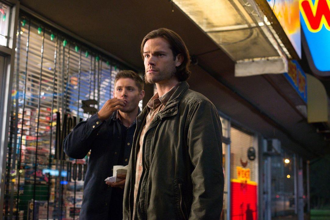 Castiel bittet Dean (Jensen Ackles, l.) und Sam (Jared Padalecki, r.) um Hilfe, nachdem er die Tochter seiner menschlichen Hülle aus einem Heim geho... - Bildquelle: 2016 Warner Brothers