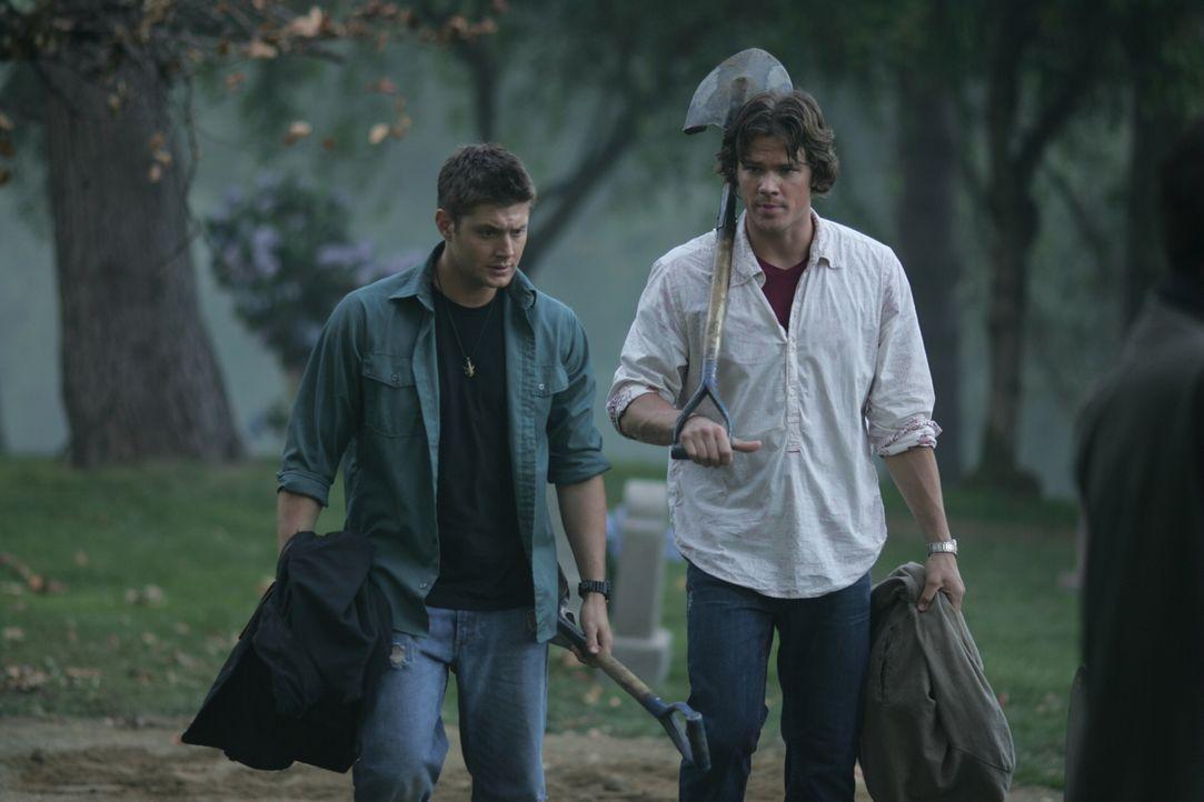 Auf Wunsch von Sam (Jared Padalecki, r.) besucht Dean (Jensen Ackles, l.) mit ihm das Grab ihrer Mutter. Dort entdecken sie etwas Erstaunliches ... - Bildquelle: Warner Bros. Television