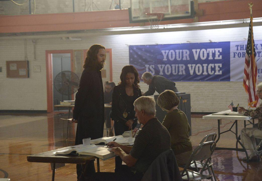 Das hart erkämpfte Recht zu wählen, bedeutet Ichabod (Tom Mison, l.) viel, aber  Abbie (Nicole Beharie, 2.v.l.) muss ihn schließlich auf den Boden d... - Bildquelle: 2014 Fox and its related entities. All rights reserved