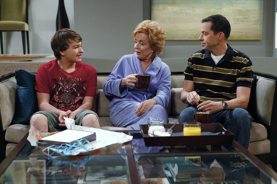 Als Charlie ihm die Tour versaut, rächt sich Jake (Angus T. Jones, l.) mit einer Gemeinheit: Er lädt Evelyn zu einem Geburtstagsessen ein. Um ihre M... - Bildquelle: Warner Bros. Television