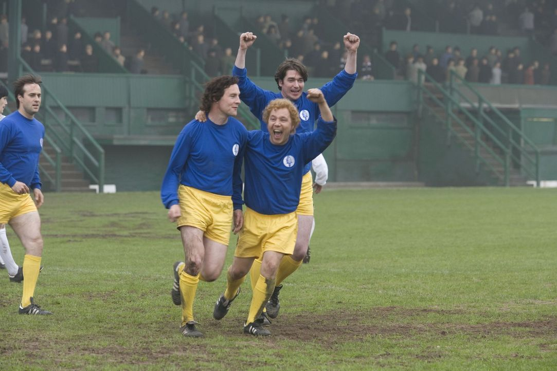 Spieler, die vom Sieg verwöhnt sind: Johnny Giles (Peter McDonald, vorne l.) und Billy Bremner (Stephen Graham, vorne r.) ... - Bildquelle: Sony Pictures Television Inc. All Rights Reserved.