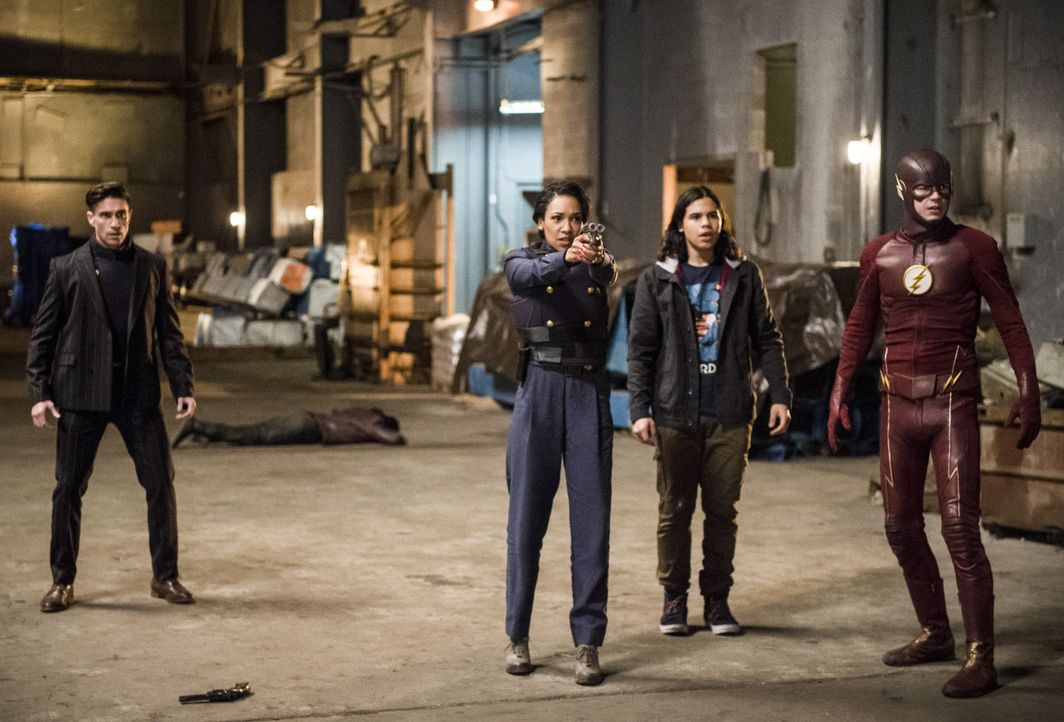 Während Floyd Lawton (Michael Rowe, l.), Iris West-Allen (Candice Patton, 2.v.l.), Cisco (Carlos Valdes, 2.v.r.) und Barry alias The Flash (Grant Gu... - Bildquelle: Warner Bros. Entertainment, Inc.