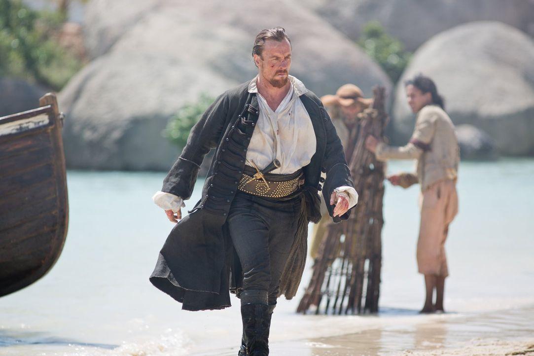 Verzweifelt sucht Captain Flint (Toby Stephens) nach dem Dieb der fehlenden Buchseite und beschuldigt eines seiner Crewmitglieder ... - Bildquelle: 2013 Starz Entertainment LLC, All rights reserved