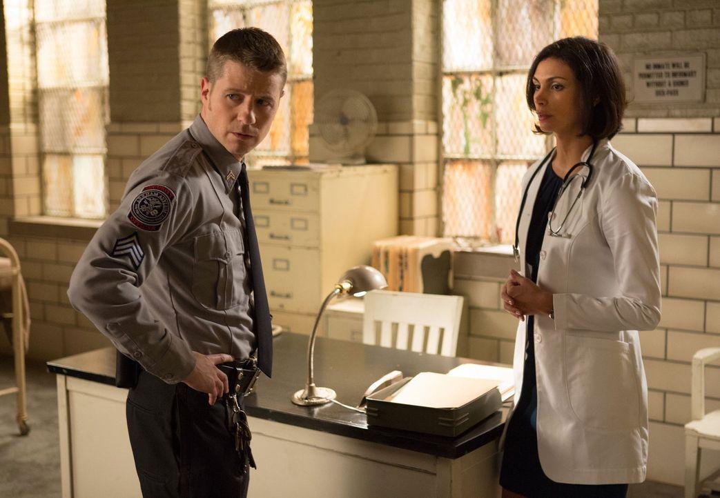 Um herauszufinden, wer im Arkham Gefängnis mehrere Menschen mit Elektroschocks gequält und getötet hat, steht Dr. Leslie Thompkins (Morena Baccarin,... - Bildquelle: Warner Bros. Entertainment, Inc.