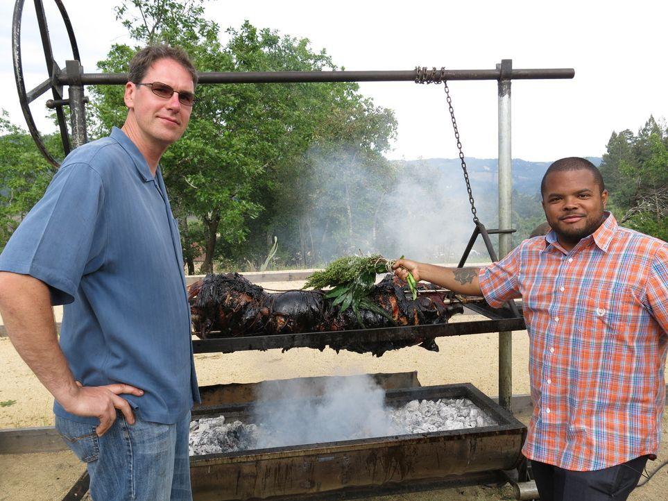 Der kanadische Chefkoch Roger Mooking (r.) macht sich in den USA auf eine ganz besondere kulinarische Reise ... - Bildquelle: 2013, Cooking Channel, LLC. All Rights Reserved.