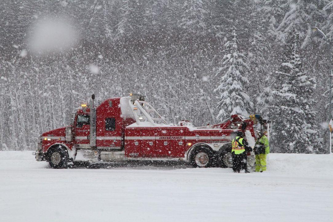 Das Team von Jamie Davis Heavy Rescue rückt aus, wenn Lkws bei Schnee und Eis in Not geraten ... - Bildquelle: Beyond Distribution