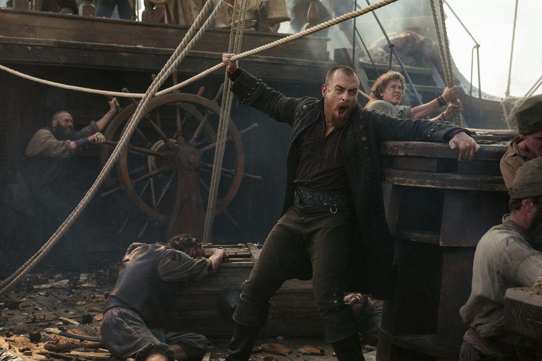 Beim Angriff auf Nassau segeln Flint (Toby Stephens) und seine Crew direkt in eine von Rogers' initiierte Falle ... - Bildquelle: David Bloomer 2017 Starz Entertainment, LLC